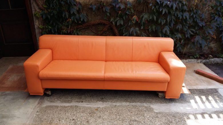 die Couch hat wieder einen gleichmäßigen Farbton
