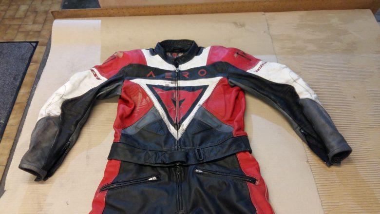 ein Motorrad Anzug ist nach einem Sturz
