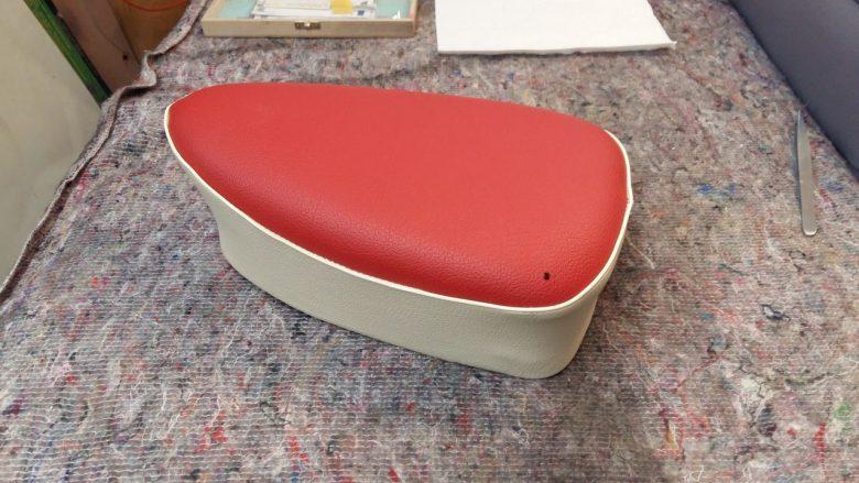ein kleines Loch im Kunstleder eines Sitzes
