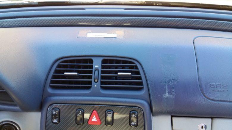 ein Mercedes Armaturenbrett ist beschädigt