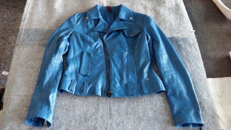 die Jacke hat ihre ursprüngliche Farbe zurück und sieht neu aus