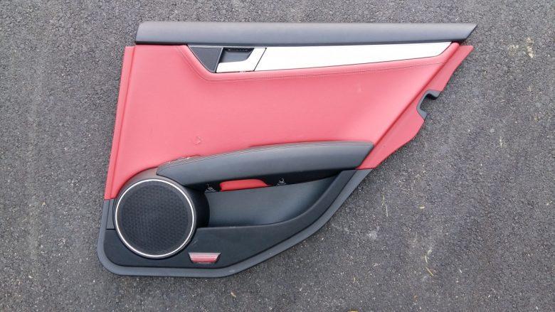 eine Mercedes Türverkleidung ist beschädigt