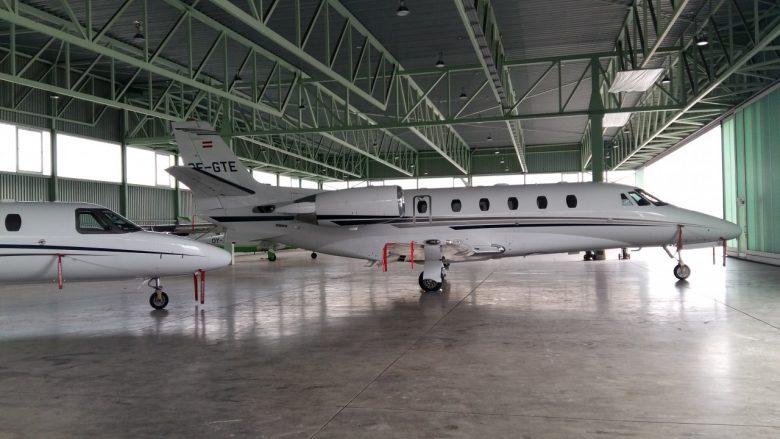 Privatjet parkt im Hangar